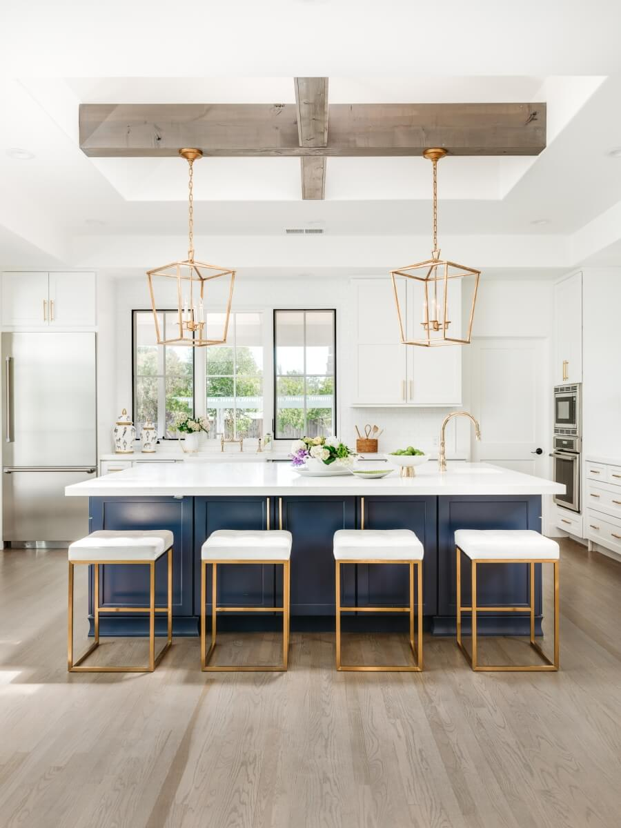 This exquisite kitchen with gold accents was designed by Helena Steele of Golden Gate Kitchens, California. Photography by Christopher Stark Photography and Interior Design by Susan Love Design.